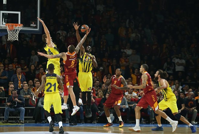 Fenerbahçe lë pa fitore Galatasarayin