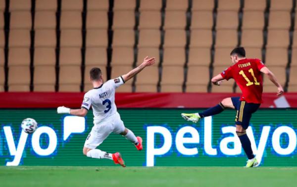 Pjesa e parë mbyllet me dy gola në Sevilla