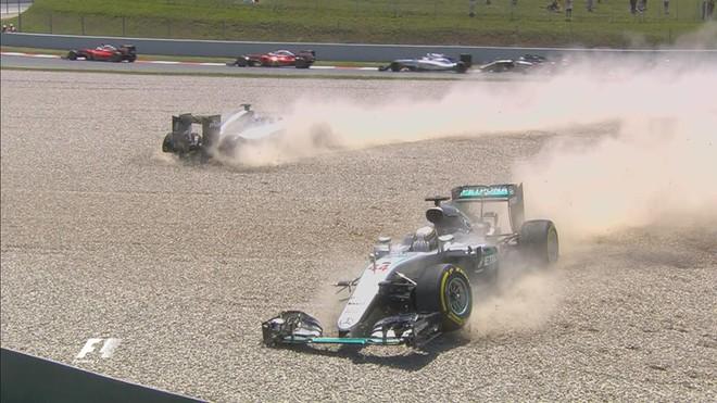Hamilton dhe Rosberg, përplasje në sekondat e para