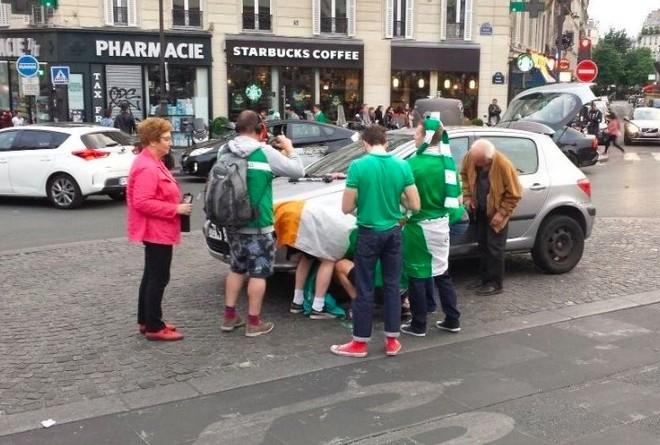 Irlandezët ndihmojnë pensionistin