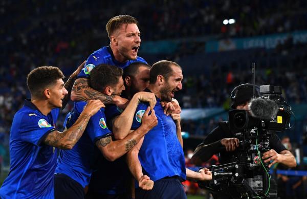 Penalltitë çojnë Italinë në finale
