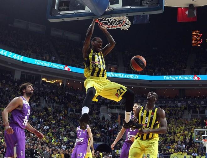 Fenerbahçe fiton dramën në Stamboll