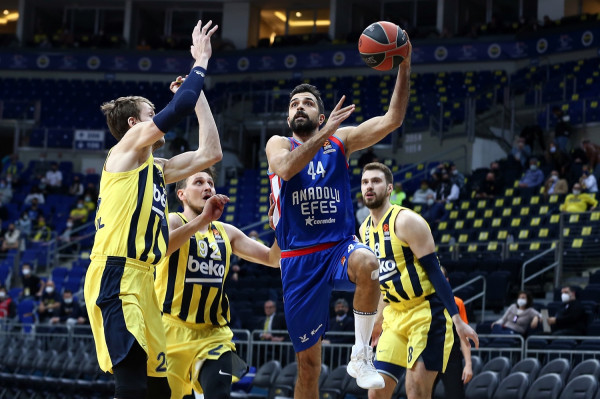 Anadolu Efes e ndal Fenerbahçen pas 10 fitoreve rresht