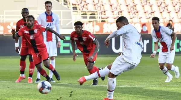 Celina shkakton penallti, PSG mposht lehtë Dijonin