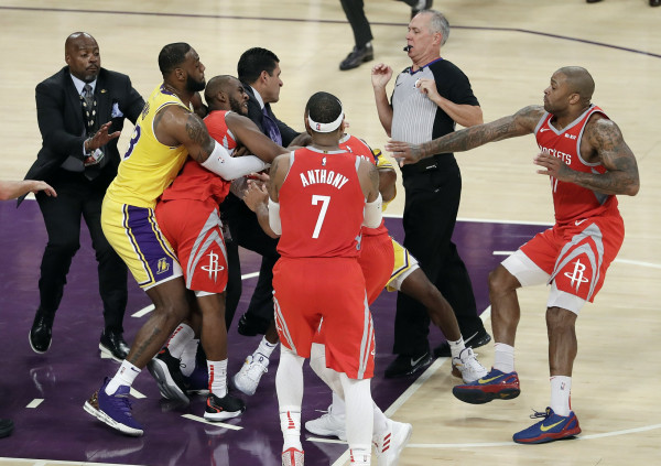3 lojtarë dënohen nga përleshja Lakers-Houston