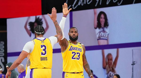 James e Davis në skenë, Lakers fillon finalen me fitore