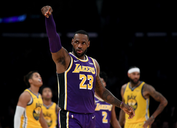 LeBron James dërgon Lakersat në Play Off, shpreson ende Warriors