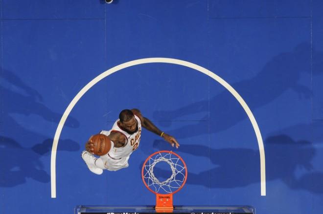 LeBron shfaqet me veshje të Lakersit