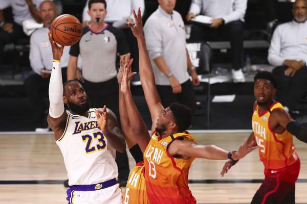 Lakers siguron pozitën e parë në Perëndim
