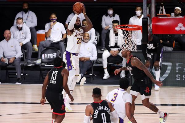 Natë historike për Jamesin, Lakers kalon në epërsi