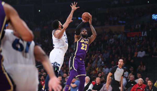 LeBron James shkëlqen, Lakers fiton