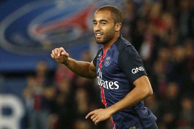 Moura me gol diskutabil në kohën shtesë shpëton Parisin
