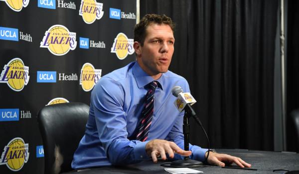 Lakers shkarkon trajnerin