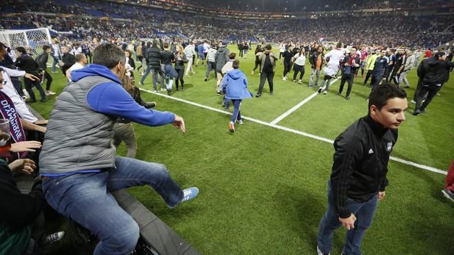 Tifozët pushtojnë stadiumin, shtyhet Lyon-Besiktas