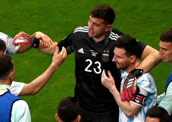 Portieri Martinez shpëton Argjentinën, super finalja me Brazilin