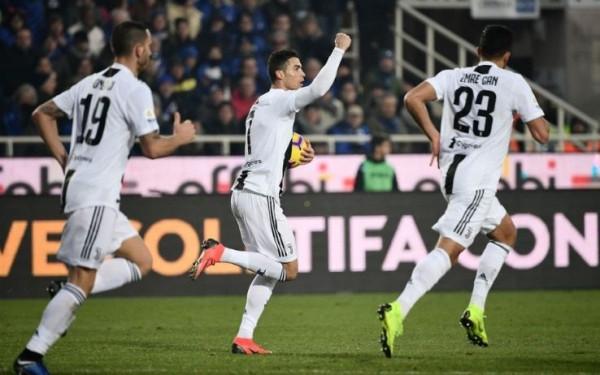 Juventusi shpëton me VAR