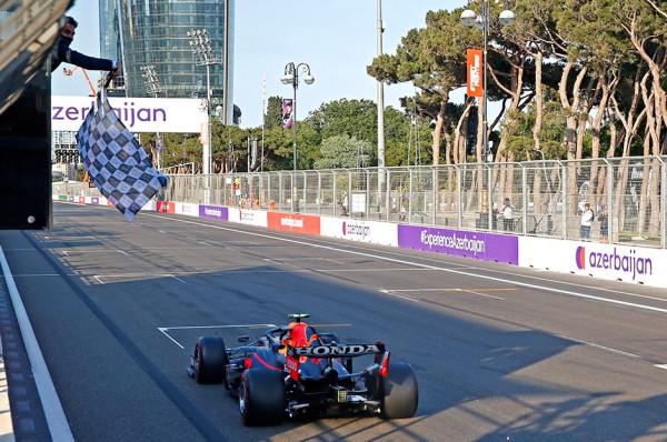 Perez fiton garën në Azerbajxhan
