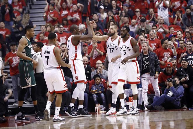Toronto barazon serinë ndaj Bucks