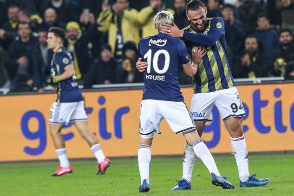 Muriqi s'ndalet, Fenerbahçe i afrohet liderit